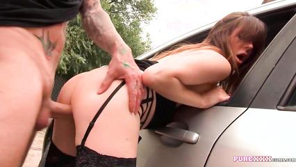 блондинку ебут возле машины